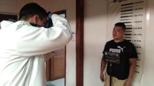 Juan Guillermo Valderrama durante procedimientos posteriores a su detención por la desaparición de una ciudadana chilena en Bucaramanga, Colombia, el 27 de abril de 2019.