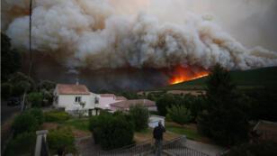 Plusieurs incendies continuaient de ravager la Corse samedi 12 août, comme ici à Pietracorbara.