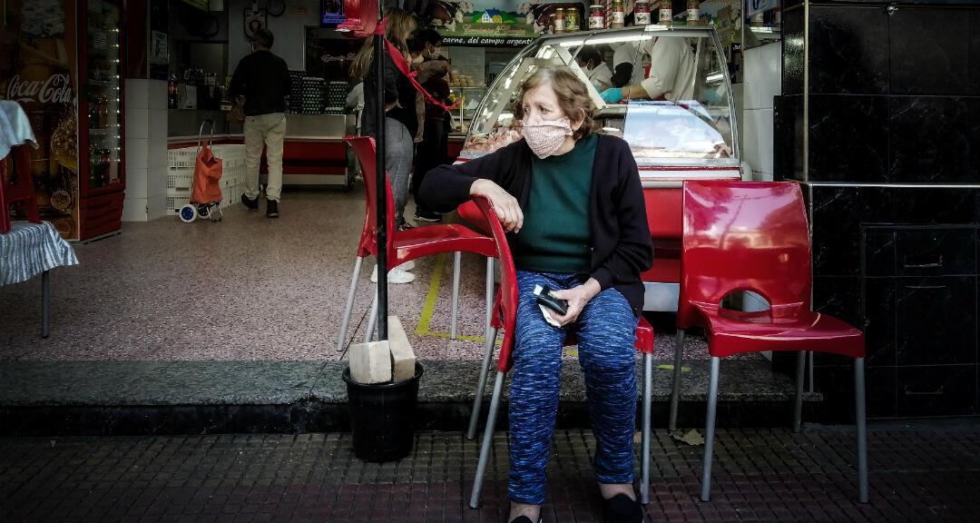 Una mujer espera su turno para comprar en una tienda en Buenos Aires, Argentina, el 3 de mayo de 2020.