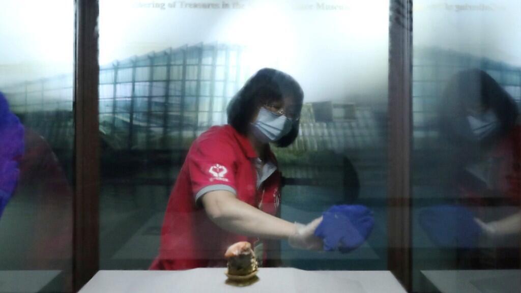 Una trabajadora de la limpieza desinfecta una vitrina en el Museo del Palacio Nacional de Taipei, en Taiwán, el 17 de marzo de 2020.