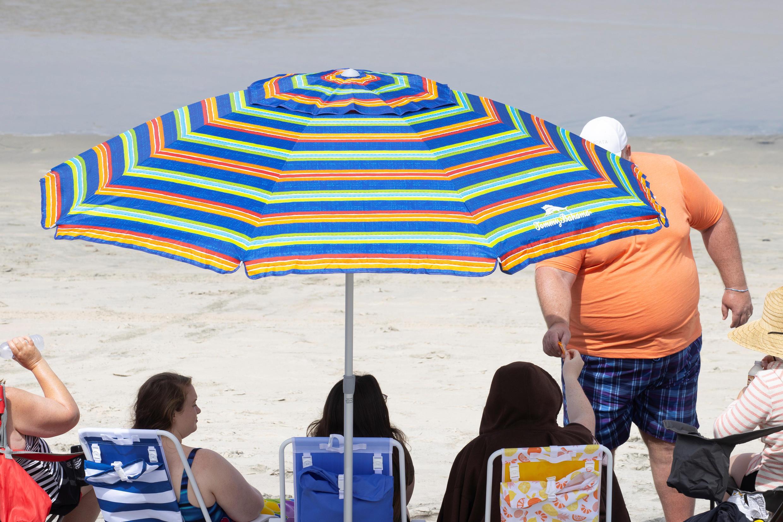 Una familia disfruta de un día de playa, en medio del aumento de contagios por Covid-19, en San Diego, California, el 2 de julio de 2020.
