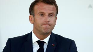 الرئيس الفرنسي إيمانويل ماكرون يلقي كلمة إلى القوات المسلحة في مقرّ وزارة الدفاع في باريس عشية العيد الوطني في 13 تموز/يوليو 2020.