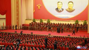 El dirigente Kim Jong-un felicitó los científicos que han participado al ensayo exisitoso del misil nuclear intercontinental, el 13 de diciembre del 2017.