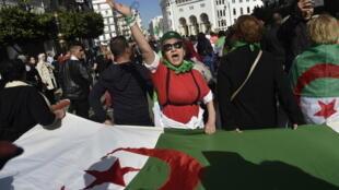 متظاهرون في العاصمة الجزائرية في 21 شباط/فبراير 2020