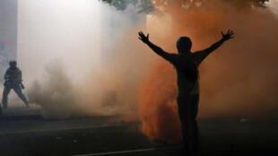 Un manifestante reacciona durante una protesta contra la presencia de agentes de la ley federales y la desigualdad racial en Portland, Oregón, EE. UU., el 21 de julio de 2020.
