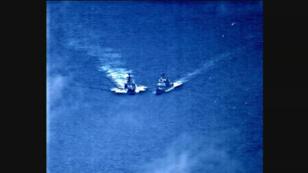 Fotograma del video ofrecido por la Armada de Estados Unidos en el que se ve el acercamiento entre los buques militares de Rusia y Estados Unidos en la mañana del viernes 7 de junio de 2019 en el Mar de China Oriental.