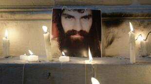 Homenaje a Santiago Maldonado fuera de la morgue de Buenos Aires.