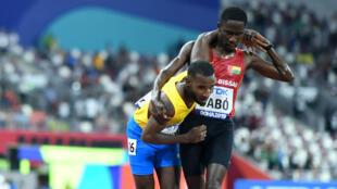 Dabo soutient son concurrent Busby jusqu'à la ligne d'arrivée du 5 000 m