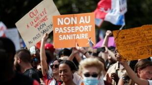 Un manifestante sostiene un cartel que dice 'No al pasaporte de salud' durante una manifestación convocada por el partido nacionalista Les Patriotes (Los Patriotas) contra las restricciones de Francia para combatir el brote de Covid-19, sobre la plaza Trocadero de París, Francia, el 24 de julio de 2021.