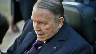 El presidente argelino Abdelaziz Bouteflika es visto mientras vota en un centro de votación en la capital, Argel, durante las elecciones para las elecciones locales. El 23 de noviembre de 2017.