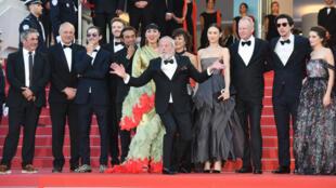 """فريق فيلم """"الرجل الذي قتل دون كيشوت"""" يواجه عدسات المصورين قبيل اختتام مهرجان كان 2018."""