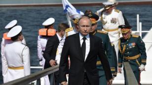 El presidente ruso Vladimir Putin llega para el desfile del Día de la Marina en San Petersburgo, Rusia, el 28 de julio de 2019.