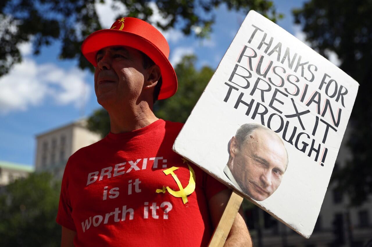 """Un manifestante sostiene una pancarta con el mensaje """"Gracias por el Brexit ruso"""", mientras protesta frente a Downing Street en Londres, Reino Unido, el 21 de julio de 2020."""
