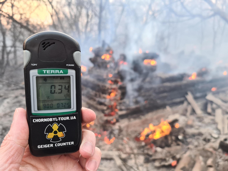 La lectura de un contador Geiger en la escena de un incendio forestal en la zona de exclusión de Chernobyl el lunes 13 de abril