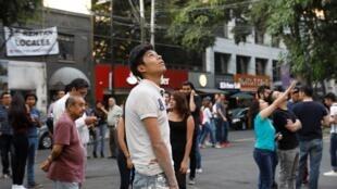 La gente reacciona durante un temblor en la Ciudad de México