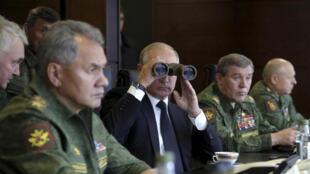 الرئيس الروسي فلاديمير بوتين أثناء مشاهدة تدريبات عسكرية، في منطقة لينينغراد، روسيا، 18 سبتمبر/ كانون الأول 2017.