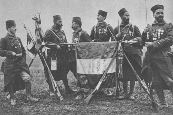 Le 7e régiment de tirailleurs algériens de la Division marocaine avec son drapeau en 1917