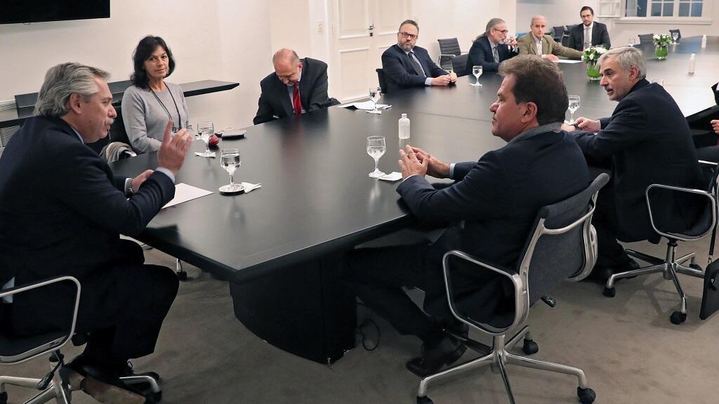 Foto publicada por la Presidencia argentina del presidente hablando con directivos de Vicentín durante una reunión en Casa Rosada en Buenos Aires el 11 de junio de 2020.