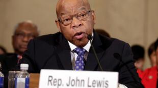 En esta foto de archivo, el representante John Lewis testifica ante el Comité Judicial del Senado durante el segundo día de audiencias de confirmación sobre la nominación del entonces Senador Jeff Sessions como fiscal general de Estados Unidos en Washington, DC el 11 de enero 2017.