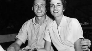 En esta foto de archivo tomada en 1953 el tenista TOny Trabert, fallecido este jueves a los 90 años, junto a la que era su novia de aquel momento