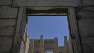 Unos turistas visitan el Partenón de Atenas el 18 de mayo de 2020
