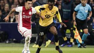 Le défenseur de l'Ajax Amsterdam, l'Argentin Lisandro Martinez, aux prises avec le milieu de terrain de Lille, le Portugais Renato Sanches, lors de leur match de Ligue des Champions, le 17 septembre 2019 à Amsterdam