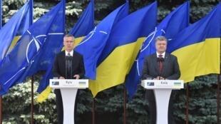 Le président ukrainien Petro Poroshenko (à droite) et le secrétaire général de l'Otan, Jens Stoltenberg, lors d'une conférence de presse, le 10 juillet, à Kiev.