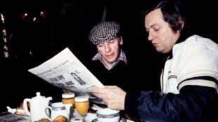 Le pilote automobile français Jean-Luc Therier (d) et l'acteur Jean-Louis Trintignant (g) prennent leur petit-déjeuner lors du 52e rallye de Monte-Carlo, le 26 janvier 1984 à Monaco