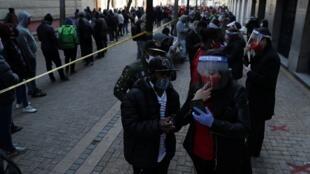 Cientos de personas hacen fila el 30 de julio de 2020 en Santiago de Chile para gestionar el retiro del 10% de sus ahorros pensionales, luego de que el Congreso diera su aprobación.