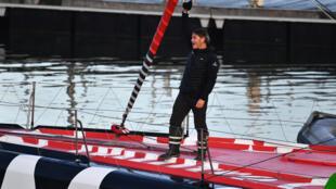"""Le skipper Yannick Bestaven juché sur son voilier """"Maître Coq"""" au départ du Vendée Globe, le 8 novembre 2020 aux Sables-d'Olonne"""