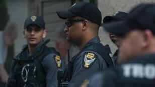 La police de Dayton surveille le rassemblement d'un groupe affilié auKKK, dans cette ville de l'Ohio, le 25mai2019.
