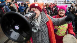"""Une membre des """"Omas gegen Rechts"""" lors d'une manifestation à Vienne, le 13 janvier 2018."""