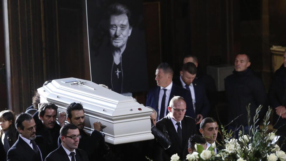 Le cercueil de Johnny Hallyday, porté par ses proches, entre dans l'église de la Madeleine.