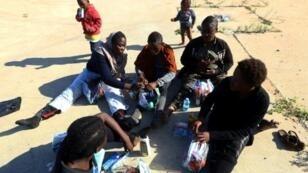 مهاجرون أفارقة في قاعدة بحرية بطرابلس