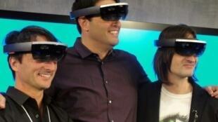 """مسؤولون في مايكروسوفت يرتدون نظارات """"هولولنس"""" للواقع المعزز"""