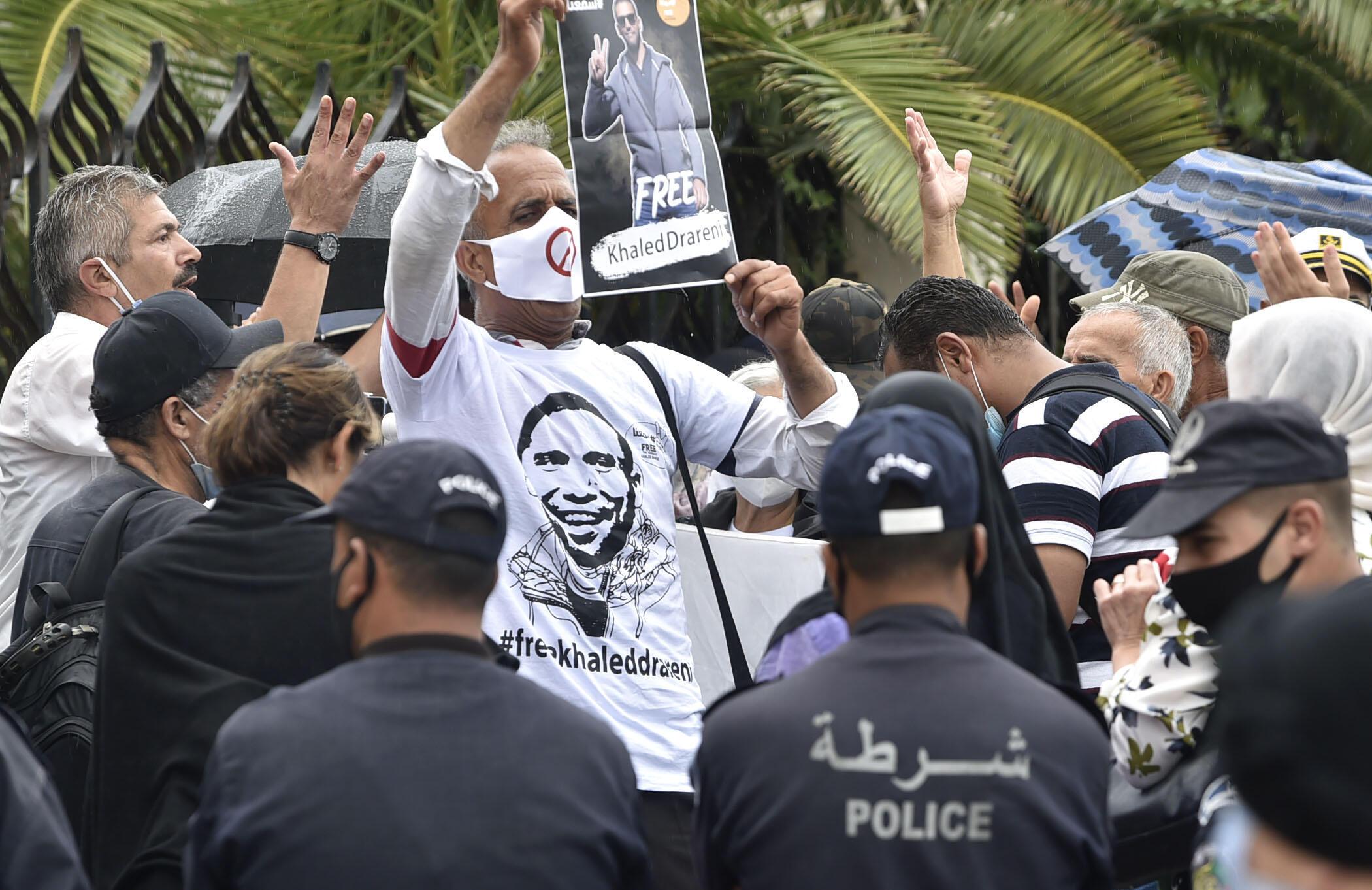 Des Algériens sont réunis le 8 septembre 2020 devant un tribunal d'Alger pour appeler à la libération du journaliste Khaled Drareni.