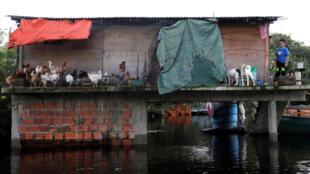 Una casa se ve parcialmente sumergida en una calle inundada, tras las fuertes lluvias que causaron el desbordamiento del río Paraguay, en un vecindario a las afueras de Asunción, Paraguay, el 25 de mayo de 2019.