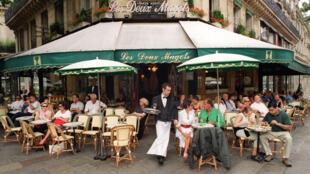 """Le célèbre café """"Les deux magots"""", à Paris."""