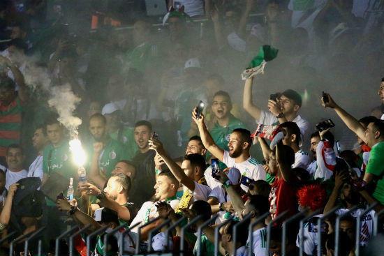 أغان وألعاب نارية.. الجماهير الجزائرية الأكثر صخبا خلال البطولة القارية