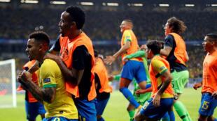 Jugadores de Brasil celebran el 2-0 durante el partido Brasil-Argentina de semifinales de la Copa América en Belo Horizonte. 2 de julio de 2019.