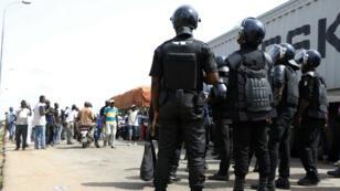 Des policiers ivoiriens font face à un barrage installé par des soldats démobilisés à Bouaké, le 22 mai 2017.