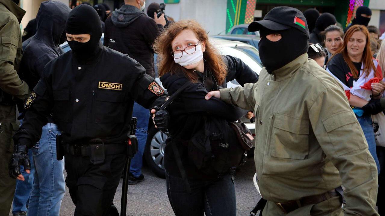 Autoridades detienen a una mujer durante una protesta opositora en Minsk, Belarús, el 19 de septiembre de 2020.