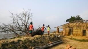 أطفال يلهون على ساحل متضرر بظاهرة التآكل في جزيرة غورامارا التي تبعد نحو 110 كلم عن كالكوتا في الهند في 18 مايو/أيار 2019