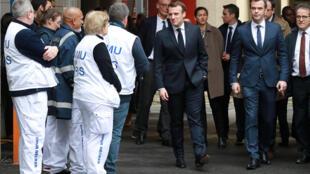 الرئيس الفرنسي أثناء زيارته لقسم الطوارئ المختص بمتابعة حالات الإصابات بفيروس كورونا في إحدى المستشفيات في باريس، 10/03/2020.