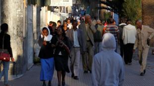 Des passants le long d'une rue d'Asmara, en Érythrée, le 20février2016.