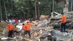 Les recherches ont continué en Indonésie pour retrouver des survivants dans les décombres après un séisme de magnitude 6,4 à Pidie Jaya, le 7 décembre 2016.