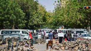 Des barricades et des points de contrôle bloqués par les manifestants devant le siège de l'armée soudanaise dans la capitale Khartoum, le 14 mai 2019.