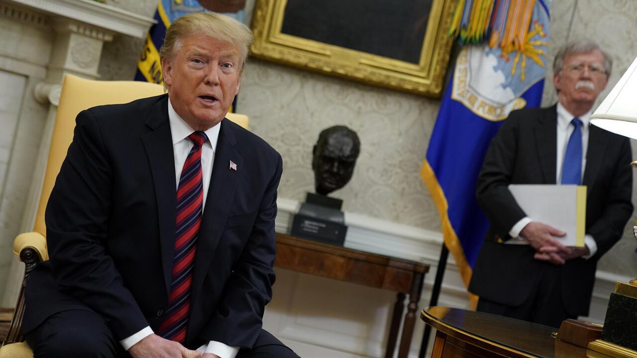 El presidente Donald Trump, habla con los reporteros mientras el consejero de Seguridad Nacional, John Bolton, observa durante una reunión con el primer ministro eslovaco, Peter Pellegrini, en la Casa Blanca, en Washington, el 3 de mayo de 2019.