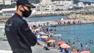Sur les plages algériennes, les services de sécuritésont chargés de veiller au respect du port du masque et des consignes de distanciation entre les baigneurs.