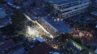 Equipos de rescate mexicanos buscan personas atrapadas en la escuela Enrique Rebsamen en Ciuda de México este 20 de septiembre.